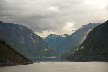 Uitzicht over het water, sognefjord van Karijn Seldam