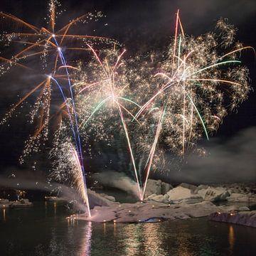 Vuurwerk op het ijsmeer Jokulsarlon  sur Menno Schaefer