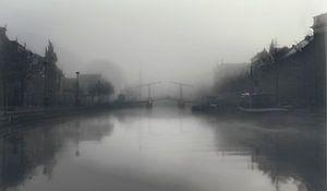 Haarlem: Gravenstenenbrug in de mist. van