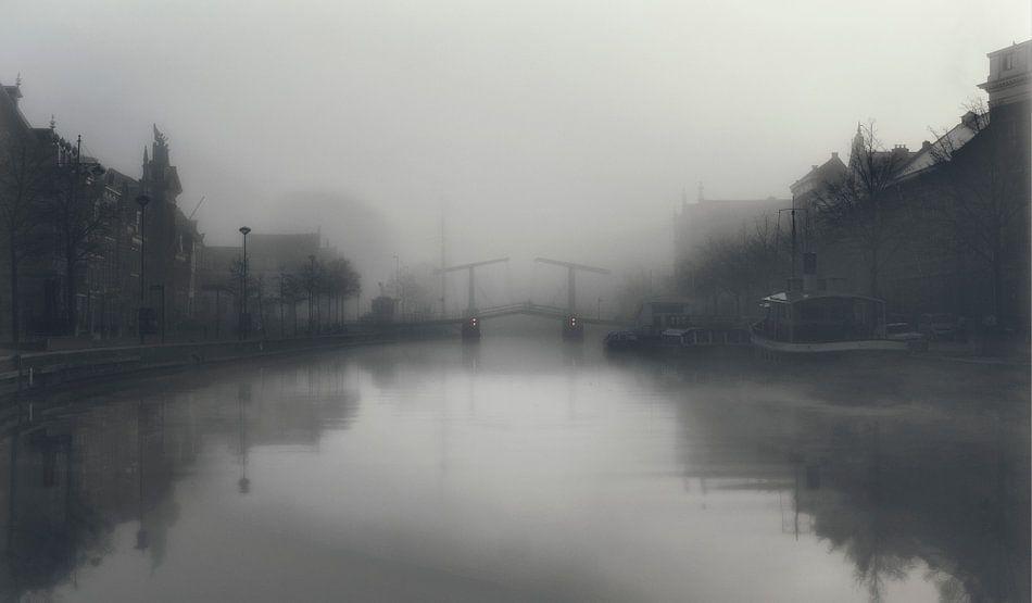 Haarlem: Gravenstenenbrug in de mist.