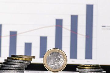 Euro-Münzen vor Grafik mit Chart und Kursentwicklung von Aktienkursen, Dividenden, Währungskursen un von Christian Feldhaar