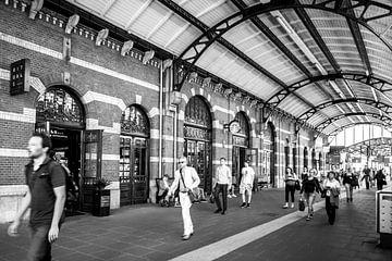 Station Groningen, Onderweg (zwart-wit) van Klaske Kuperus