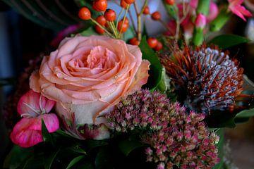 Roze roos in herfstboeket (close-up) van Ima Rhebok