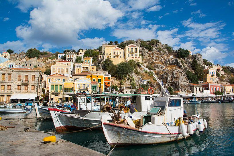 Vissersboten in de haven van het eiland Symi, Griekenland van Lifelicious