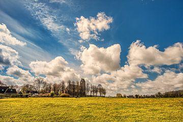 Een veld vol paardebloemen en het kerkje van Jelsum, Friesland. sur Harrie Muis