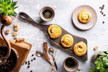 Lekker ontbijt met koffiebroodjes en koffie van Iryna Melnyk