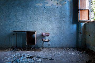 Verlassener Stuhl gegen Blaue Wand. von Roman Robroek