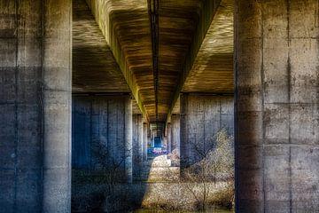 Een mooi lijnenspel onder een viaduct van een snelweg van Jamesrl Photography