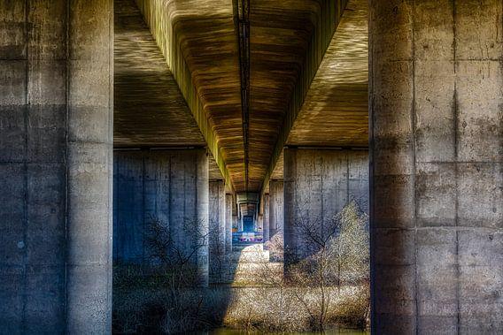 Een mooi lijnenspel onder een viaduct van een snelweg