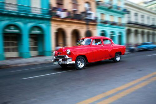 Oldtimer classic car in Cuba in het centrum van Havana. One2expose Wout kok Photography.  van