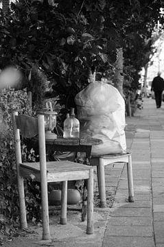 Kreativer (unordentlicher) Sitz mit Öllampen auf dem Bürgersteig (Schwarz-Weiß-Foto) von Marion Hesseling