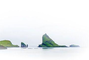 De ruige kust van de Faeröer Eilanden van