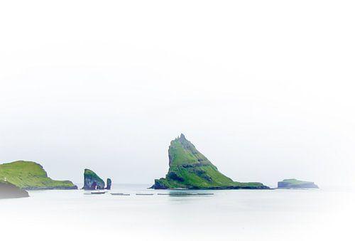De ruige kust van de Faeröer Eilanden