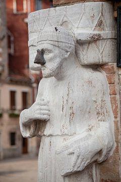 Mann (Araber) mit Stahlnase in der Altstadt von Venedig, Italien von Joost Adriaanse