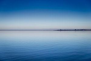 De stad Hindeloopen gezien vanaf het IJsselmeer bij zonsondergang. Wout Kok One2expose Photography van