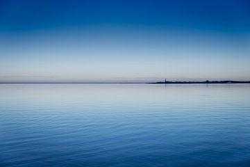 De stad Hindeloopen gezien vanaf het IJsselmeer bij zonsondergang. Wout Kok One2expose Photography van Wout Kok