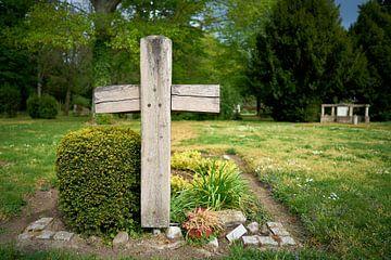 Houten kruis bij een graf op een begraafplaats van de stad Magdeburg van Heiko Kueverling