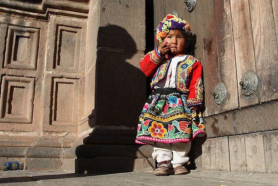 Verlegen meisje in Cusco
