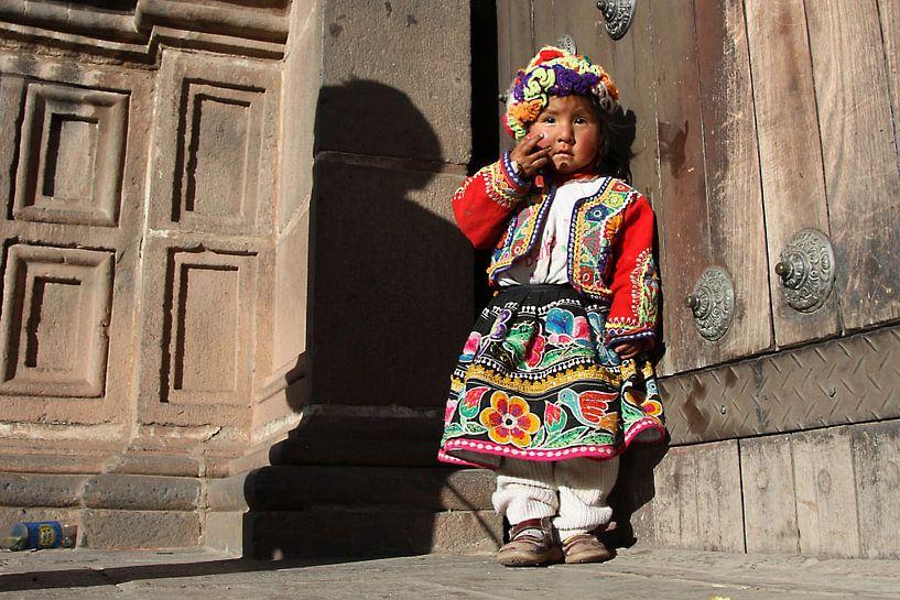 Verlegen meisje in Cusco van Antwan Janssen