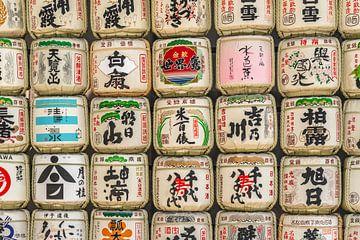Sake vaten op een stapel in Japan van Mickéle Godderis