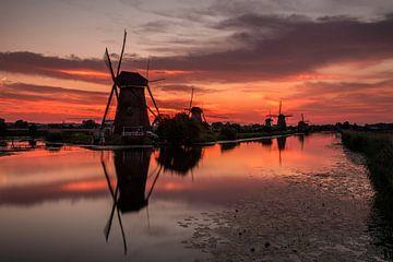 Kinderdijk zonsondergang van Dick van Duijn