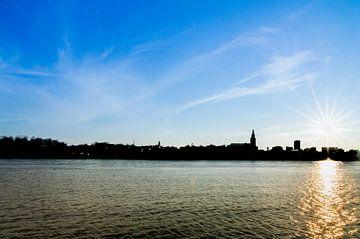 Silhouette van Nijmegen op zonnige dag