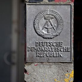 Grenspaal van de DDR, bij de Berlijnse Muur. van Kees van Dun