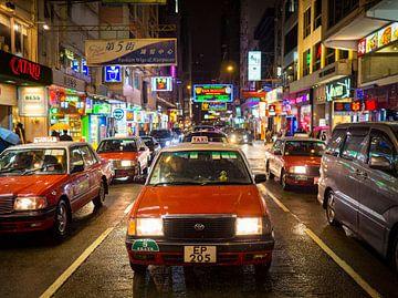 Rode taxi en neonverlichting in Hong Kong van Teun Janssen