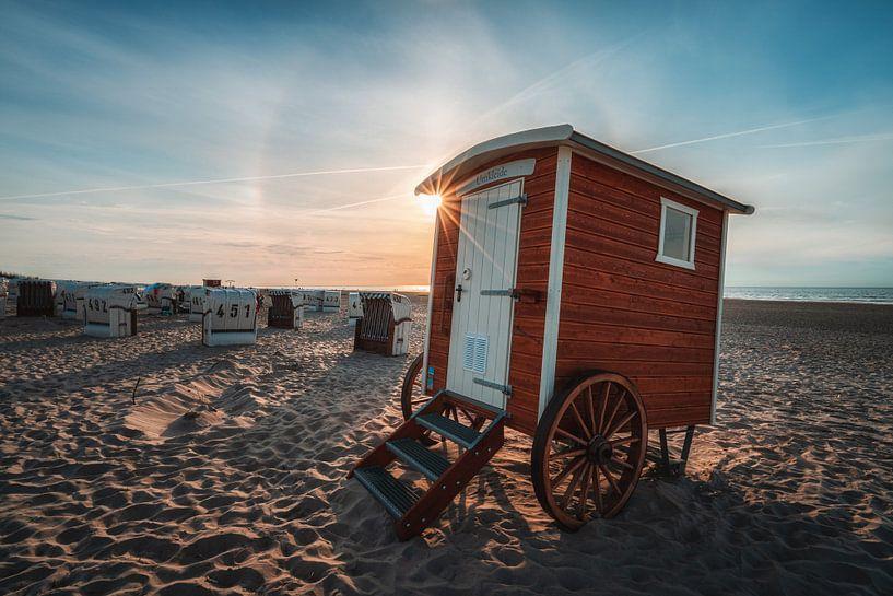 Wisselende auto op het strand van Spiekeroog van Steffen Peters
