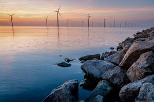 Windmolenpark langs in het water langs de kustlijn