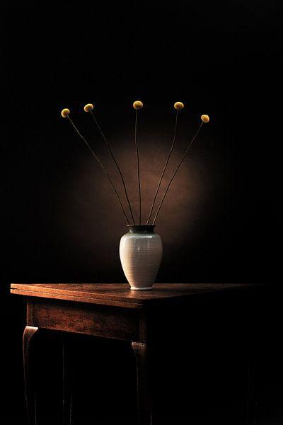 Dark Matter 1 - Stilleven met bloemen van Geert Smits