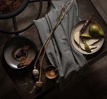 Nature morte à la poire et au café sur Caroline Martinot