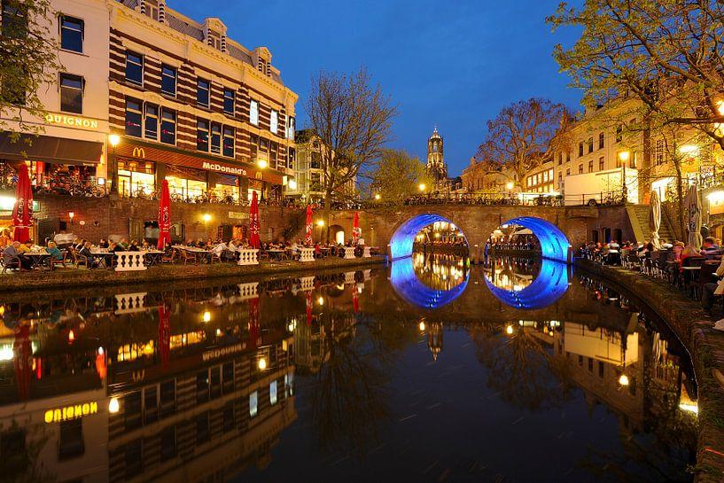 Oudegracht in Utrecht met Bakkerbrug en Domtoren van Donker Utrecht