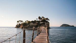 Fußgängerbrücke zur Cameo-Insel, in der Ferne Marathonisi (Turtle Island)