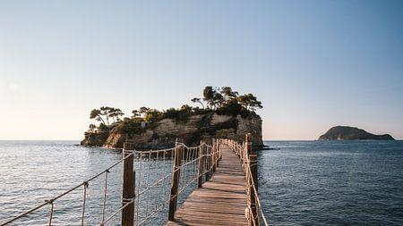 Fußgängerbrücke zur Cameo-Insel, in der Ferne Marathonisi (Turtle Island) von Rob van Dongen