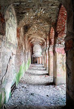 Verlassener Ziegelsteinkorridor.