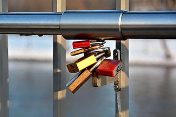 Vorhängeschlösser als Zeichen der Liebe an einem Brückengeländer von Heiko Kueverling