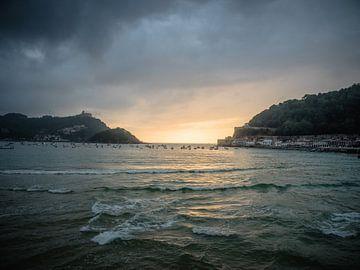 Aan het strand met zonsondergang van Martijn Tilroe