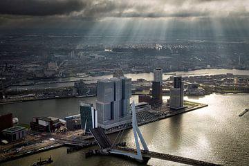 Rotterdam, een zonneharp schijnt over de Erasmusbrug  en de Wilhelminapier  van