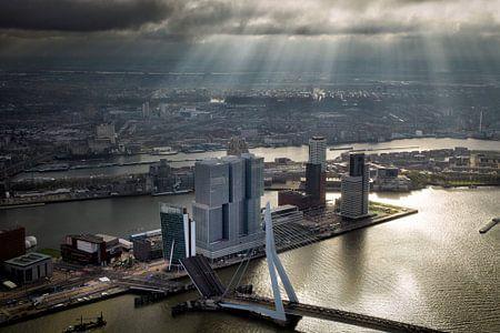 Rotterdam, een zonneharp schijnt over de Erasmusbrug  en de Wilhelminapier  von Marco van Middelkoop