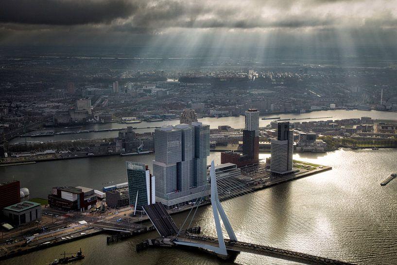 Rotterdam, een zonneharp schijnt over de Erasmusbrug  en de Wilhelminapier  van Marco van Middelkoop