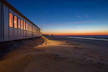 Strandpaviljoen bij zonsondergang von Marcel Klootwijk