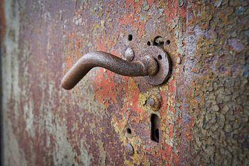 Türklinke an einer rostigen Stahltür von Heiko Kueverling