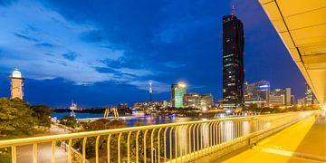 Vue sur la ville du Danube à Vienne le soir sur Werner Dieterich