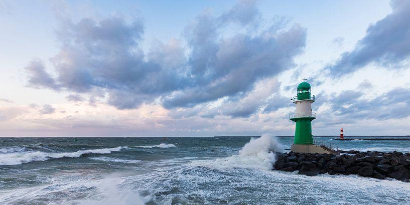 Storm in Warnemünde aan de Oostzee van Werner Dieterich