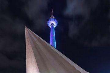 La tour de télévision de Berlin en bleu sur Frank Herrmann