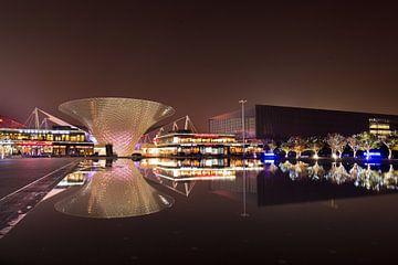 architecture futuriste reflète dans un étang d'eau à Shanghai sur Tony Vingerhoets