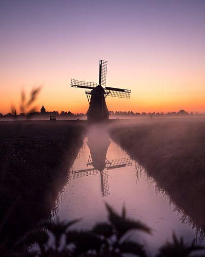 Mühle im Nebel am frühen Morgen von Ewold Kooistra