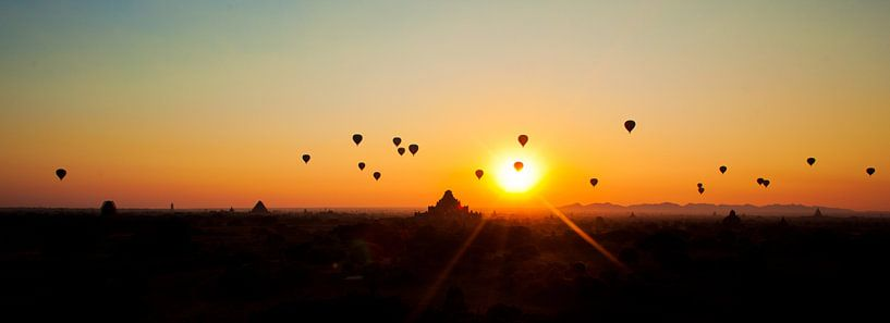 Luchtballonnen zonsopgang Bagan, Myanmar van Wijnand Plekker