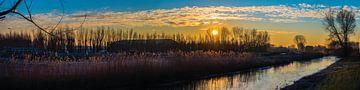Panorama van bevroren rivier in de morgen van Fred Leeflang